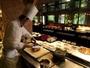 【森ビュッフェ】ライブキッチンからは、出来立てのお料理が飛び出します!(夕食イメージ)