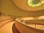 各階をつなぐ吹き抜けの回廊。施設の中心にあり、お遍路寺88箇所の墨絵が楽しめます。