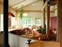 ゆったりとした民俗音楽が心地よいレストラン。吹き抜けの天井で開放感をたっぷり!