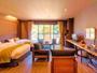 【洋室:スイート】【かえで(客室 一例)】庭園側に大きな窓を備え、和室からも緑の森がお愉しみ頂けます。