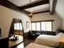 2階は洋室12畳と和室10畳の2部屋をご用意。