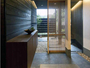 宿に入ると、華美な装飾を排除したデザイン性の高いインテリア