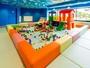 キッズルーム対象年齢2歳-5歳滑り台やお絵かきボードなど雨の日でも元気に遊びまわれるキッズルーム