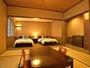 和洋室/例 ベッドやテーブルは星野民芸家具です。