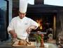 薪火のかまど「ガーデンブロッシュ」料理人らが丹念に調理し、テーブルへと運ばれます