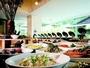 大きな窓から光が差し込み、爽やかな気分で朝食を。和洋食60種類の朝食ブッフェ。
