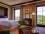 *ツインルーム(42平米)/通常のツインルームも42平米と広々。朝のお支度に三面鏡もお使い下さいませ