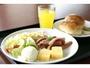 洋食例。朝食は、1階レストランにて和洋食ブッフェをご用意しております。営業時間 6:30-9:00AM