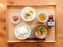 朝食はおかずが選べる和定食。4種類のおかずからお好みのものをお召し上がりください♪