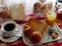 数種のパンと飲み物の朝食サービス