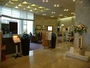 ホテル1階ロビ-。フロント、宴会受付、ラウンジがございます。開放的で明るいロビーです。