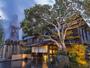 夕暮れ時の玄関、源泉櫓から轟々と湧き出す源泉の音と湯けむりが楽しめます