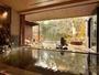 開放的な大きな窓がある大浴場。敷地内の自家源泉からのかけ流し。