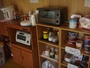 コーヒー・紅茶は無料セルフサービス。カップメンやレトルトの販売もあり。