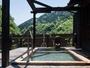 【屋上露天風呂 空の湯】森林に囲まれてゆったりと入浴できます。
