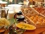 洋朝食(焼きたてパン4種、卵料理、ソーセージ、サラダ、ヨーグルト、コーヒー、紅茶、ミルク等)
