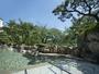 晴天の下、夏の季節を満喫する露天風呂寝湯。夜は星空を眺めて-