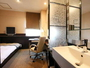 大きなデスクと明るいスタンド。ベッド幅は120×190と寝心地も◎!