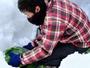 春田シェフ、雪を掘り起こして「雪中キャベツ」収穫。地元の新鮮野菜をお料理に使っています
