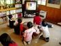 プレイルームでは夕食後にアニメビデオを上映。アンパンマンやポケモンに夢中です。
