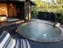 【客室露天/夢見】和モダンでかわいらしい円形の露天風呂は、大人二人では十分すぎるほどに贅沢な広さです