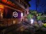 暖簾をくぐると歴史を感じる館内でお出迎え。昭和の名旅館を復元した隠れ宿