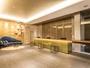 [フロント・ロビー]コンセプトカラーであるシャンパンゴールドを基調としたデザイン。