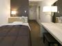 シングルルーム 13.5平米、ベッドはダブルベッド(140×195cm)