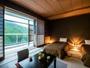 【半露天風呂付き客室】和室8畳にベッドを設置した和みのある空間。客室露天風呂でアロマバスを。