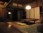 庭を眺めながら・・・。ソファに掘りごたつ、奈良の資料や写真、古書。くつろぎのロビー。