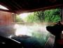 朝のみ解放される渓流沿いの野天風呂。澄み切った空気の中での早朝湯浴みはオススメ