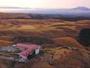 秋の阿蘇の草原とホテル