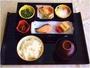和定食:旬の小鉢3種・加島屋謹製はりはり漬け・焼魚・新潟岩船産コシヒカリ・味噌汁・コーヒーまたは紅茶