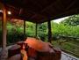 <離れ棟>天然木のテラステーブルでティータイムとは何とも贅沢な時間。屋根つきで雨でも平気。