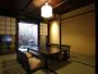 坪庭を眺める客室。和の情緒をご堪能頂けます。