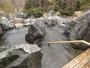 大浴場/岩造りの露天風呂にて湯浴みを満喫。旅の疲れも癒される…