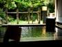 【本館・松寿庵 源泉露天風呂一例】安土桃山庭園をご覧になりながらご入浴いただけます