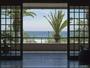 玄関を出たらすぐ入田浜の青い海と打ち寄せる白波が目の前に広がる絶景
