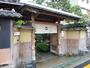 正面門(国 登録有形文化財)門扉には笹菱の重厚な彫物)