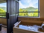 【客室露天風呂】開放的なテラスと檜香るゆったりサイズの湯舟。気を向くまま湯浴みを愉しめる。