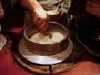 お食事は目の前のおくどさんより、炊き立てをご提供。釜で炊くたお米は一味も二味も違います。