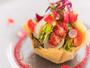 海の幸とブランダードのサラダ、タルト仕立て ビーツのビネグレットベルローズ飾り