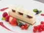 ホワイトチョコレートとクリームチーズにベリーと花を添えて