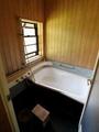 壁はヒノキでいい香りがします。シャワーの水圧も十分です。