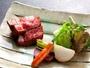 宮城県産黒毛和牛のステーキは季節の野菜と一緒に岩塩でさっぱりとお召し上がりくださいませ。