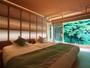 和模様の格子から漏れる明かりが優しく眠りへと誘う紫葉ベッドルーム