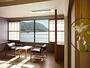 松の緑に縁取られた弓なりの海岸線と朱塗りの大鳥居、思わず息をのむ風景が窓いっぱいに広がるお部屋です。