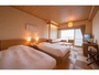 【客室】奥のソファーをベッドにしてトリプル対応も可