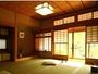 お堀の川面を眺める落ち着いた雰囲気の和室(部屋例)