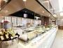 バイキングレストラン/白いカウンターに色とりどりの料理が並びます。食器もお洒落で心が弾みます♪